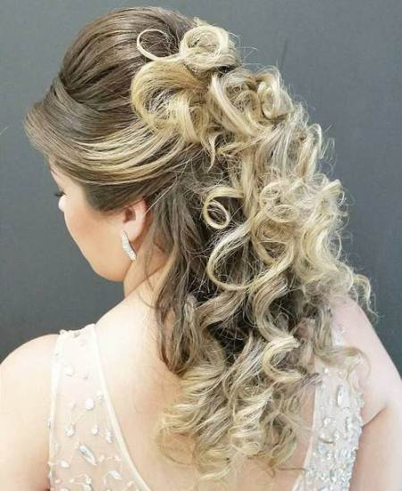 bouncy highlighted blonde hairstyles