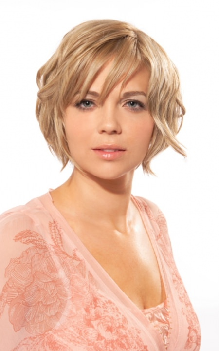 layeres and loose waves short hairstyles for round faces