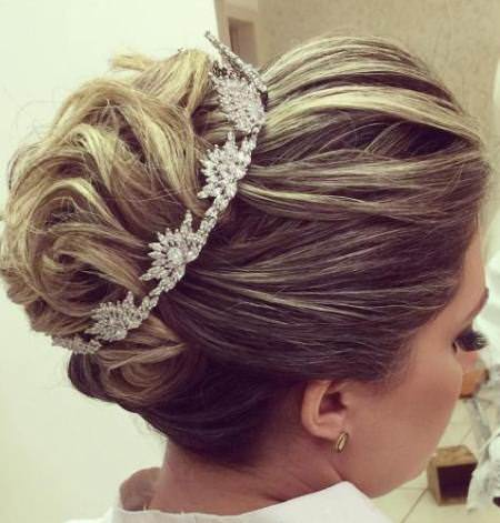 The crowing glory for the medium hair ideas for brides