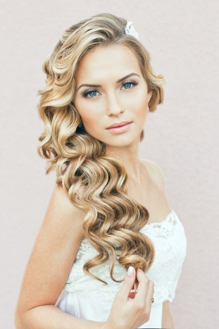 The curvaceous curls in the side downdo wedding curly hairstyles